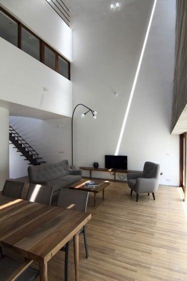 Diseño de sala con techo alto