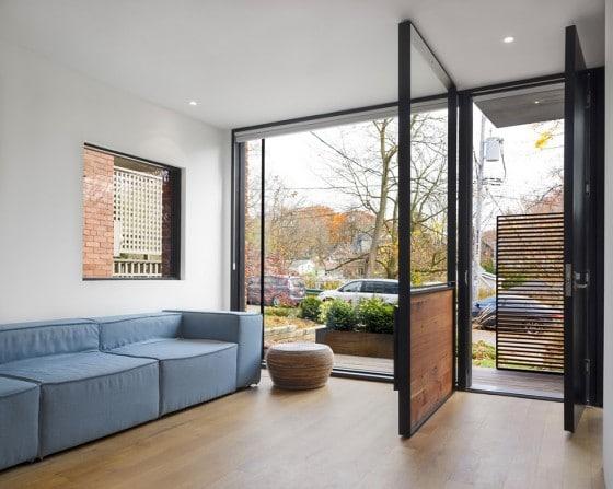 Diseño de sencilla sala de casa de dos plantas