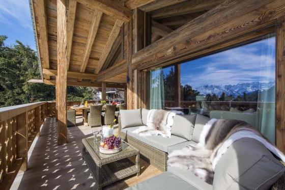 Diseño de terraza con juego de muebles