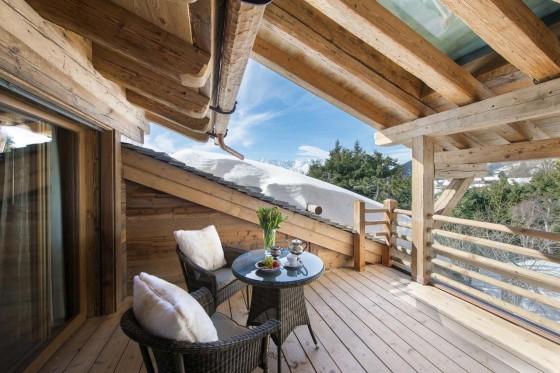 Diseño de terraza pequeña rústica con muebles de fibras naturales