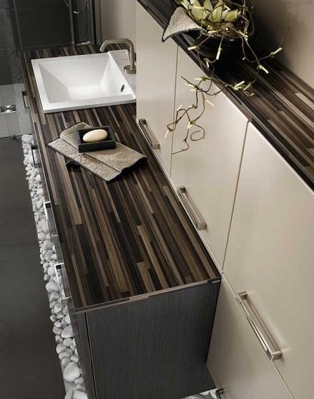 Diseño moderno mueble de madera y pisos de piedra cuarto de baño