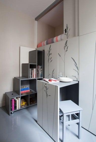 Escaleras y pequeño comedor de apartamento