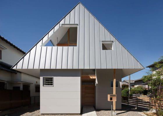 Fachada de casa  muy pequeña estilo japonés