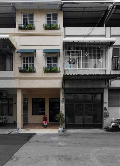 Fachada de la vivienda angosta