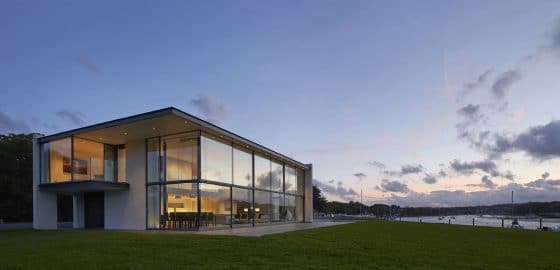 Fachada de moderna de dos plantas con grandes ventanas