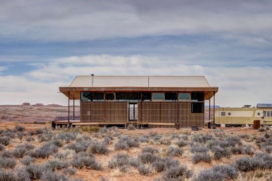 Fachada de pequeña casa ubicada en desierto