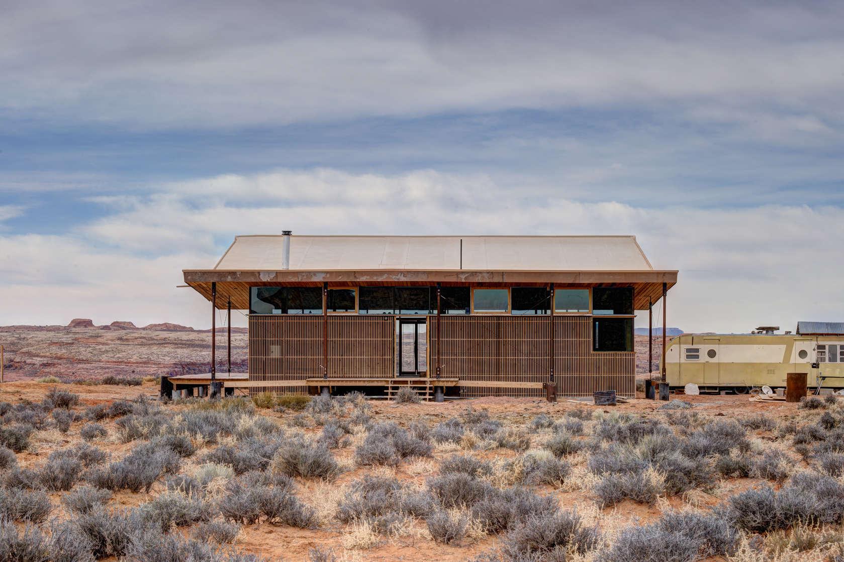 Proyecto de peque a casa de arcilla y madera construye hogar for Casa rural jardin del desierto