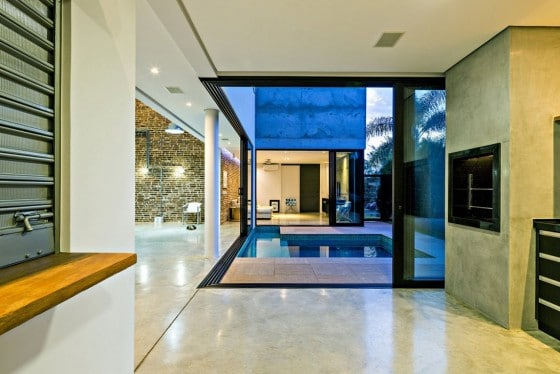 Vista de piscina desde la sala de la casa de dos pisos
