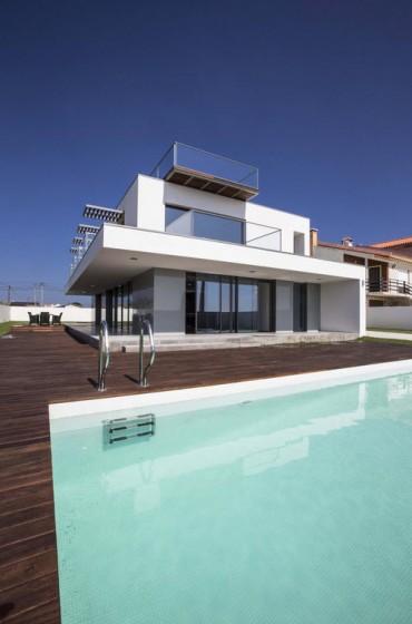 Casa de dos plantas moderna con piscina