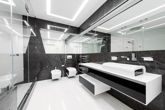 Diseño de cuarto de baño futurista en blanco y negro