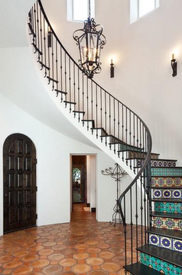 Diseño de escaleras con peldaños decorativos y pasamanos de hierro