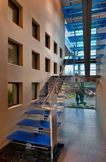 Diseño de escaleras con  peldaños transparentes y pasamanos de cristal