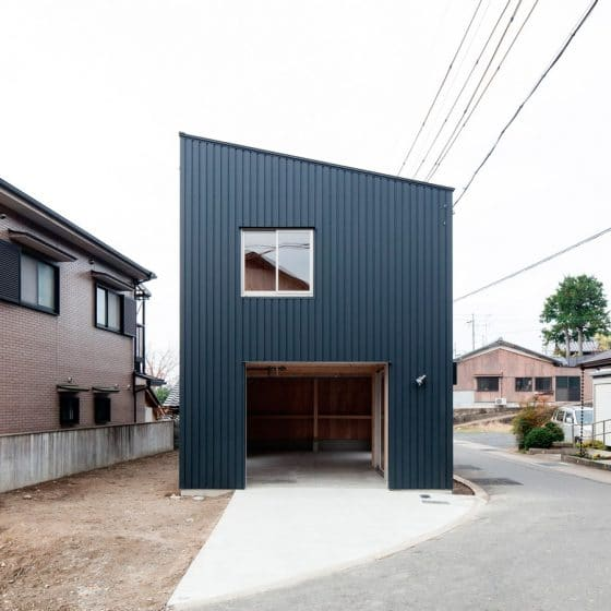 Fachada de casa pequeña y moderna con estilo contenedor