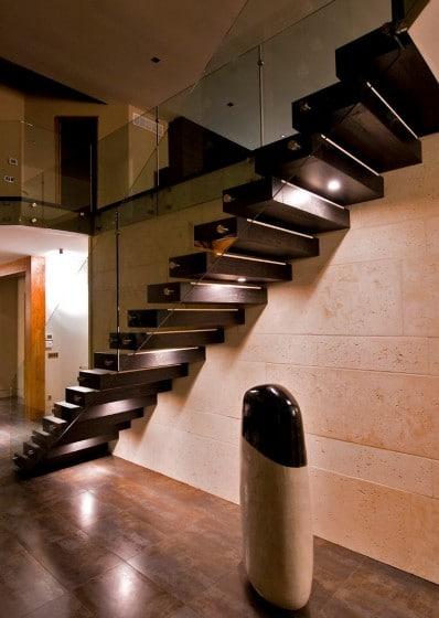 Peldaños de madera y baranda de cristal diseño moderno de escaleras