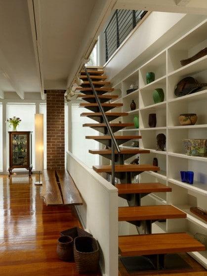 Pequeñas escaleras con peldaños de madera y estructura de acero