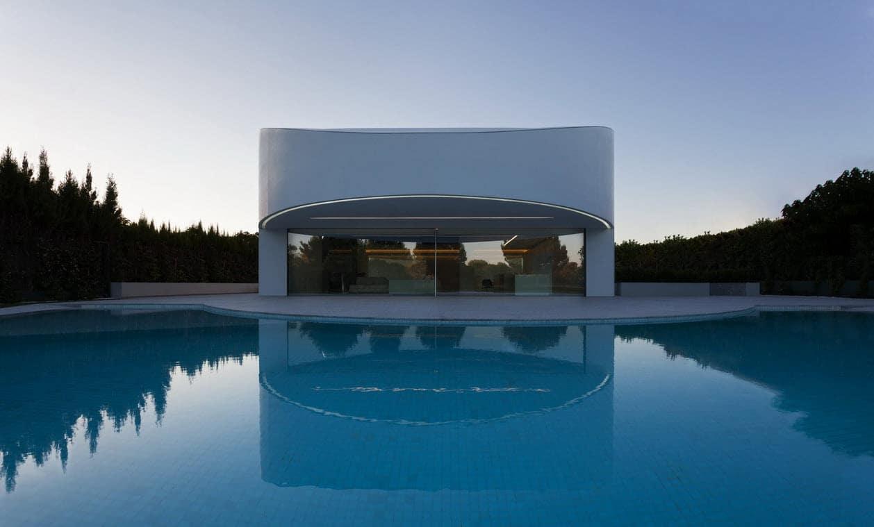 Planos de casa moderna de dos pisos ovalada for Casa moderna piscina