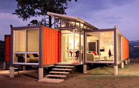 Casa pequeña hecha con contenedores reciclados