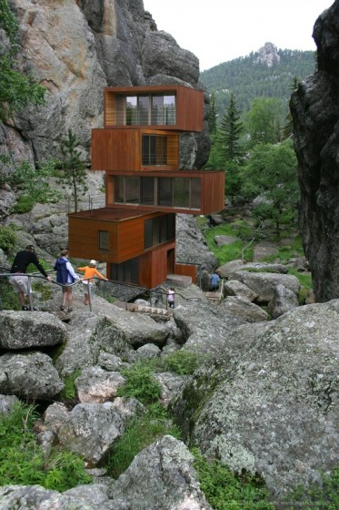 Casa de varios pisos con cotenedores