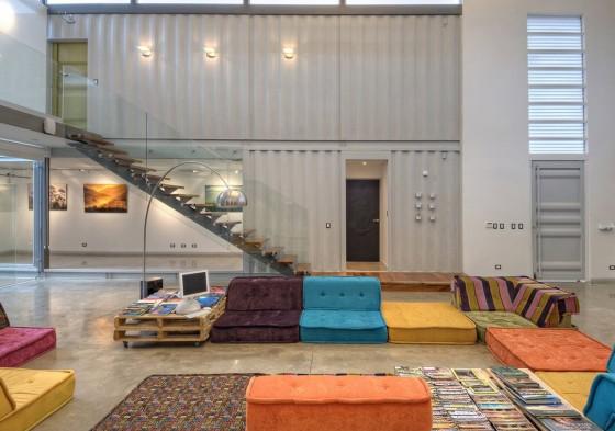 Decoración interiores moderna con paredes contenedor