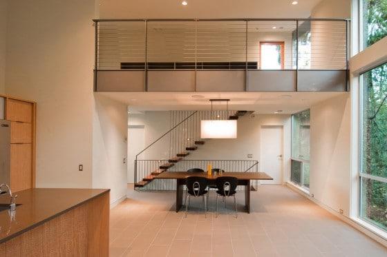 Diseño de interiores de sala moderna con techo alto
