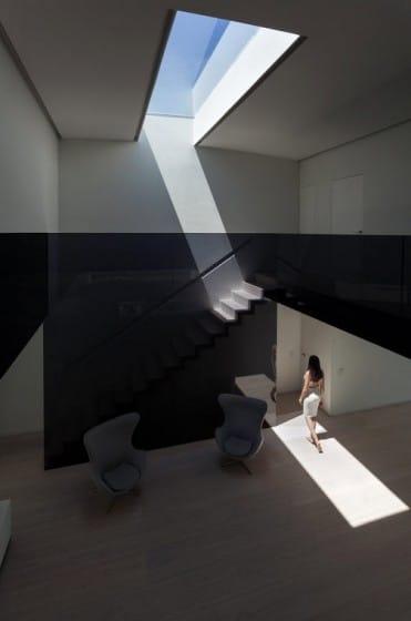 Diseño de interiores modernos con claraboya