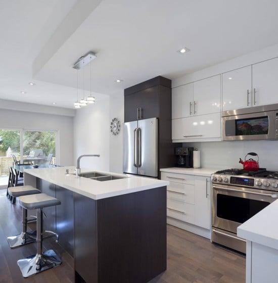 Diseño de moderna cocina con isla