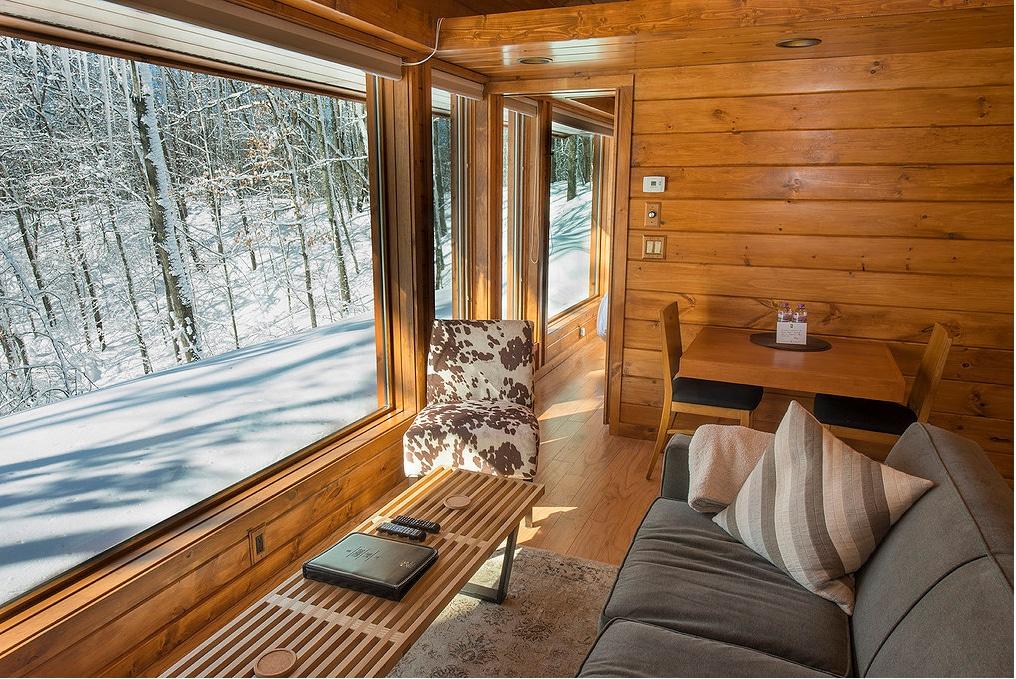 Dise o de casa peque a de madera planos construye hogar for Sala de estar de madera