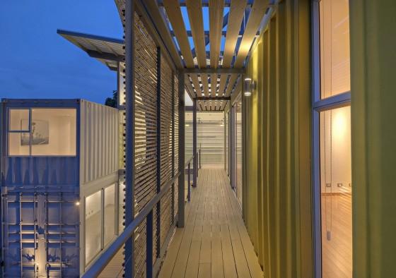 Pasadizos de madera y bambú de casa construida con container