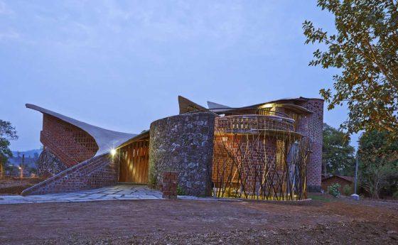 Diseño de casa orgánica de ladrillo, piedra y fibras naturales