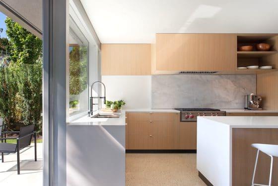 Diseño de cocina moderna con muebles de madera natural