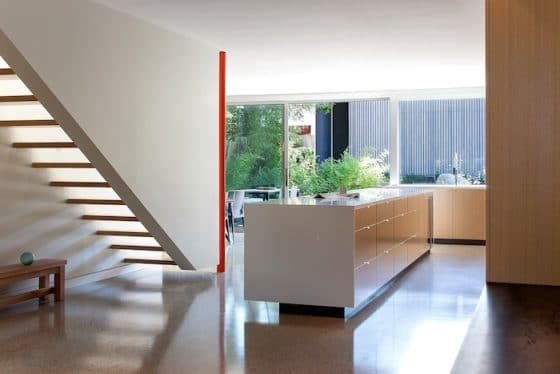 Diseño de escaleras modernas con peldaños madera