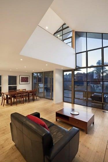 Diseño de interiores de sala con grandes ventanas