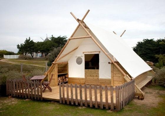 Pequeña casa para acampar ecológica, hecha de telas, madera o bambú