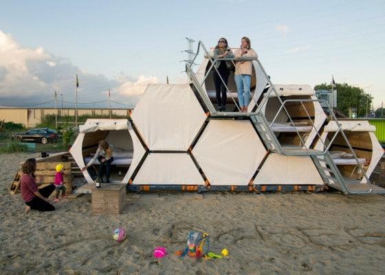 Estructuras hexagonales de pequeñas casas para acampar o  festivales