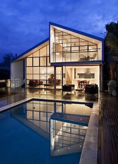 Fachada de moderna casa de dos plantas grandes ventanas