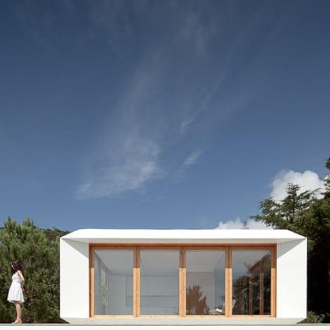 Fachada de pequeña casa monovolumen