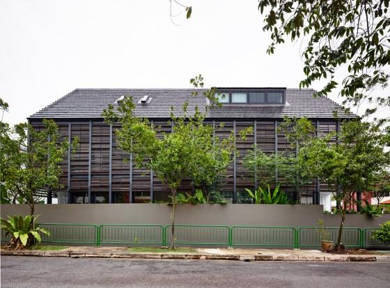 Fachada de perfil de casa moderna con varillas de madera