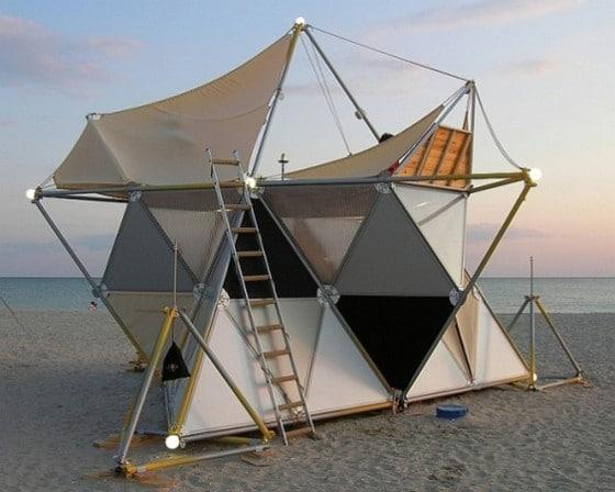 Tienda de camping con estructura triangular