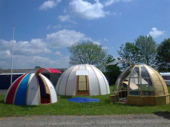 Domos para acampar, armado fácil por hojas de madera y transparentes