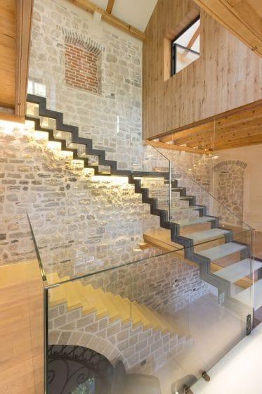 Diseño de casa rústica moderna de piedra, madera y metal