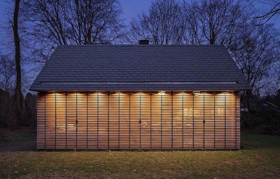 Diseño de cabaña construida en madera por la noche