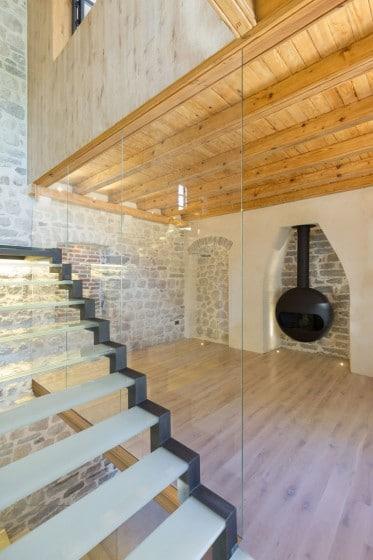 Diseño de chimenea de hierro en casa rústica con moderna