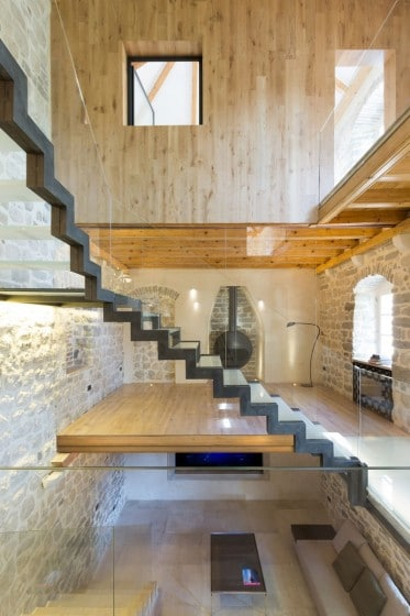 Diseño de escaleras modernas de meral y vidrio  en casa rústica