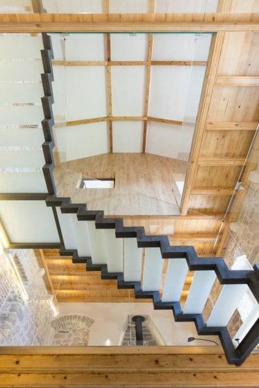 Diseño de interiores de casa rústico moderna de piedra y madera
