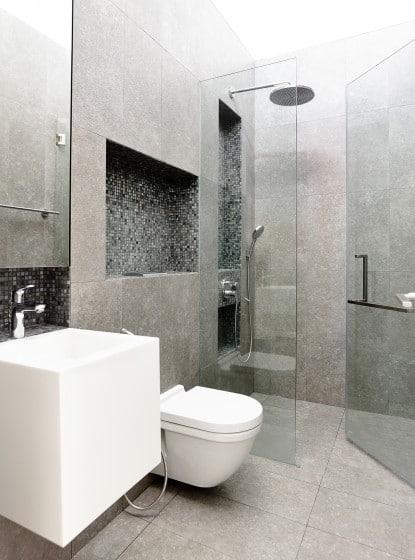 Diseño de moderno cuarto de baño sanitarios blanco y cerámica gris