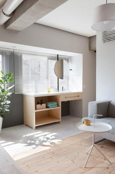 Diseño de lavatorio de madera cerca a ventana