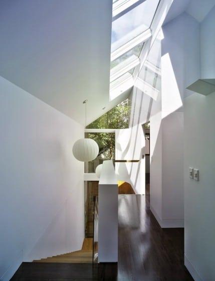 Diseño de tragaluz policarbonato para escalera