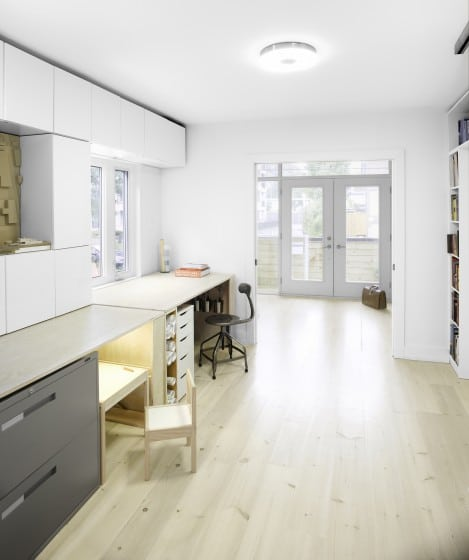 Escritorio y módulo de estudio en pasadizo de casa moderna