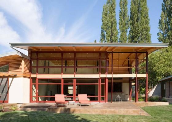 Fachada de casa de campo de madera con techo a doble altura