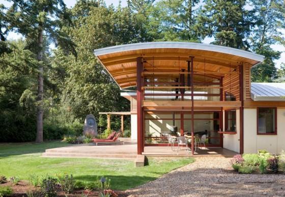 Fachada de casa de campo moderna de un piso con techo alto